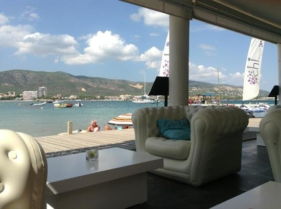 Chi Lounge Mallorca : view from the inflatable sofas acros the bay