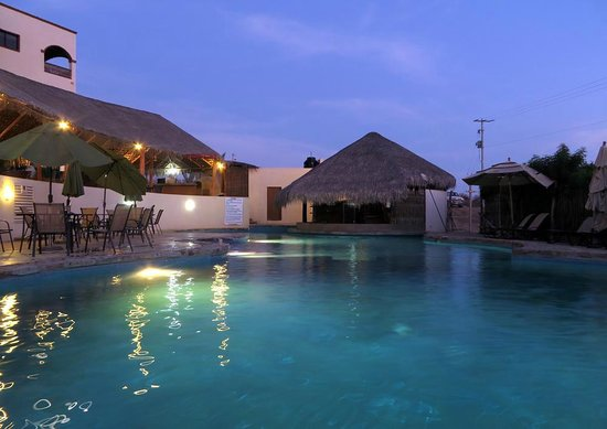 Villas de Cerritos Beach: Pool at night