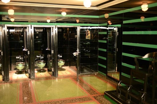 The Hermitage Hotel : Famous Hermitage men's lobby bathroom