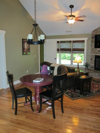 Asheville Cottages: Comfy dining/living room