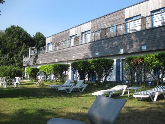 Hotel Des Argousiers : Un jardin agréable longe l'hôtel