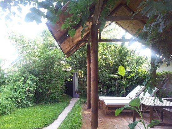 Elements Bed and Breakfast: Tumbonas en el porche del jardín