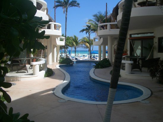 Playa Palms Beach Hotel: Down the middle