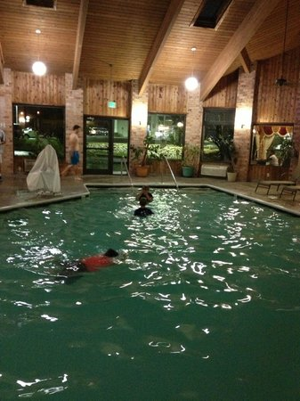 Baymont Inn & Suites Jackson: Pool time