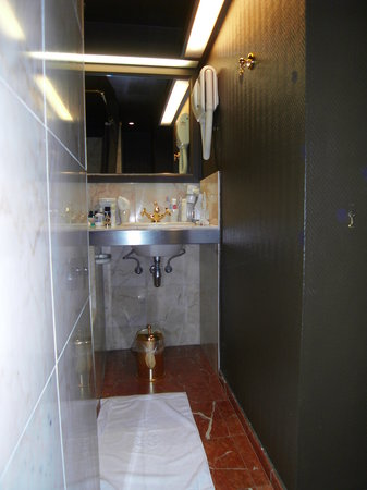 Hotel de Orangerie : toute petite salle de bain