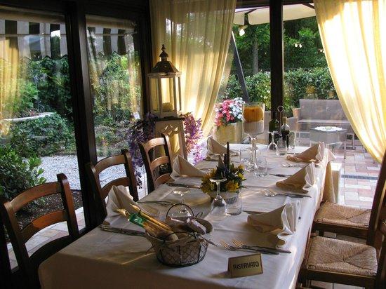Nuovo Ranch: Detalhe da mesa e do jardim externo.