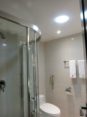 Shipai Hotel : Clean Bathroom & Toilet