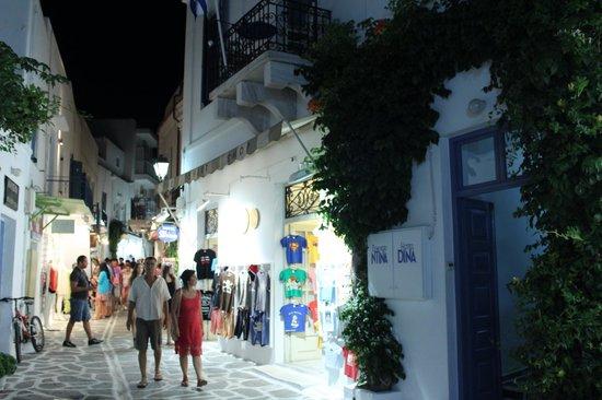 Hotel Dina: Entrada al hotel en el casco antiguo de Parikia.