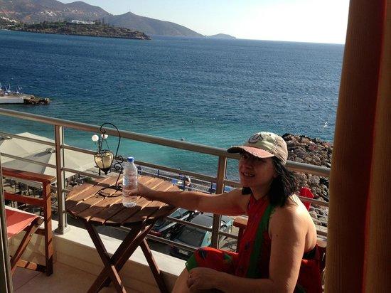 Perla Apartments: пляж внизу,за минуту доберетесь)