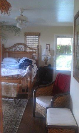 Marjorie's Kauai Inn: View of Bedroom from Bathroom