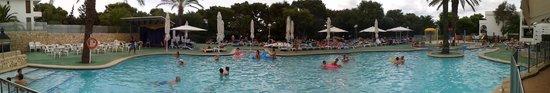 Apartamentos Cala d'Or Playa: una panorámica de la piscina y los chorros