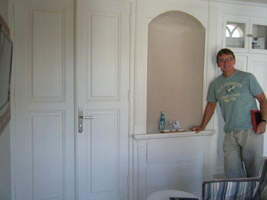 Hich Hotel Konya: Bathroom hidden behind doors.