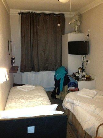 Arosfa Hotel: Tiny roasting bedroom