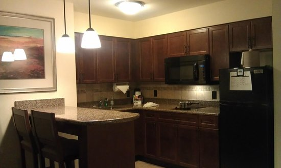 Staybridge Suites El Paso Airport Area: Kitchen with Bar Area