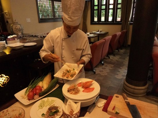 Little Hoian Boutique Hotel & Spa: Danny showing us how it's done at the cooking class