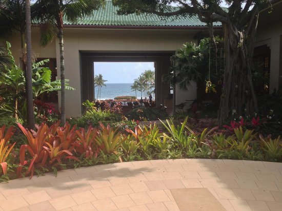 Grand Hyatt Kauai Resort and Spa: View through open air lobby