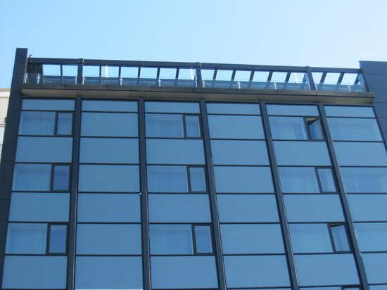 Room Mate Oscar: Parte superior de la fachada. En la azotea tiene un bar con terraza.