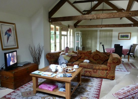 Manor Barn Bed and Breakfast: Communal Sitting/Dining Room