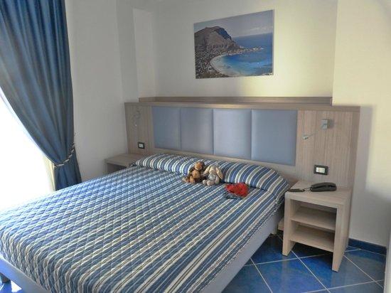 Astro Suite Hotel : Chambre avec grand lit