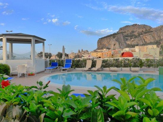 Astro Suite Hotel : Espace piscine & jacuzzi, vue sur la ville de Cefalu