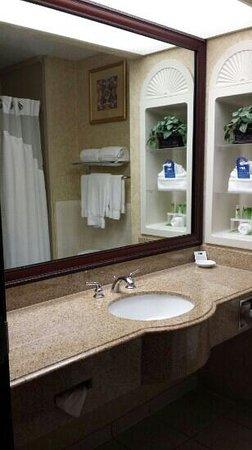 Holiday Inn Express & Suites Houston East : Bath