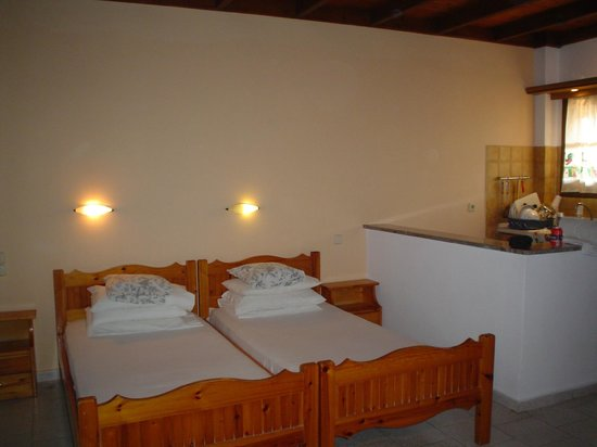 Eleni Family Apartments: camera e angolo cottura
