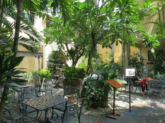 Hotel Puri: Breakfast courtyard