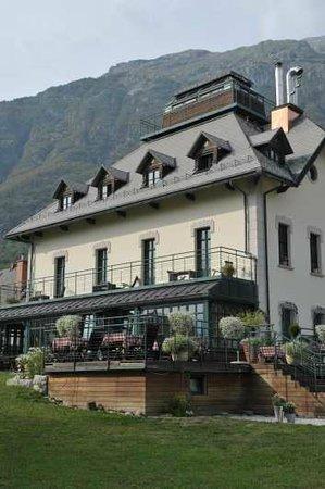 Hotel Dobra Vila Bovec: L'hôtel et la terrasse vue du jardin