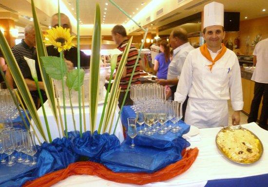 Aparthotel & Hotel Isla de Cabrera: Chefkoch beim Galadiner  flambiert gebackenes Eis