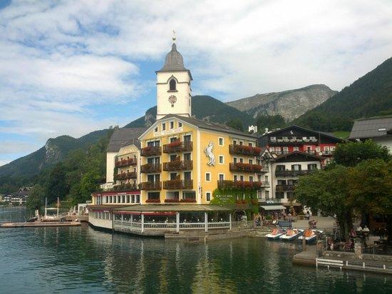 Romantikhotel Im Weissen Rössl: Blick auf das Weisse Rössel vom See