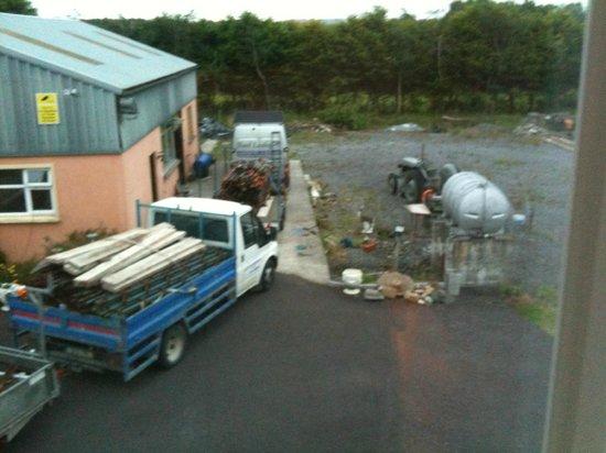 Avondale House: Vue de notre chambre : camions qui chargent le matin