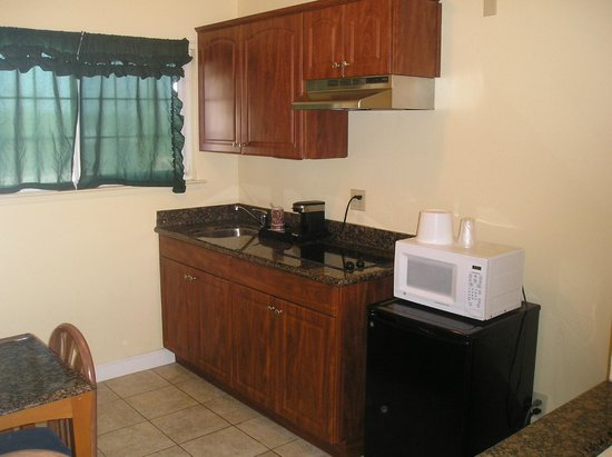 Beachwalker Inn & Suites: Kitchen