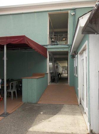 Marlane Motel : breezeway entrance from back patio