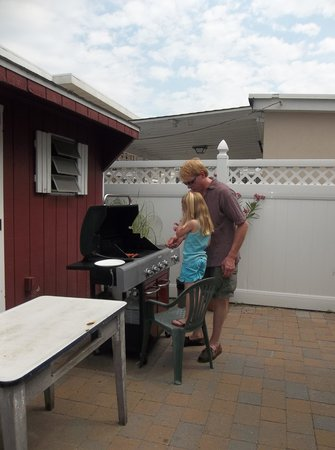 Marlane Motel: grilling on the patio