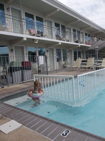 Marlane Motel : pool entrance and baby pool area