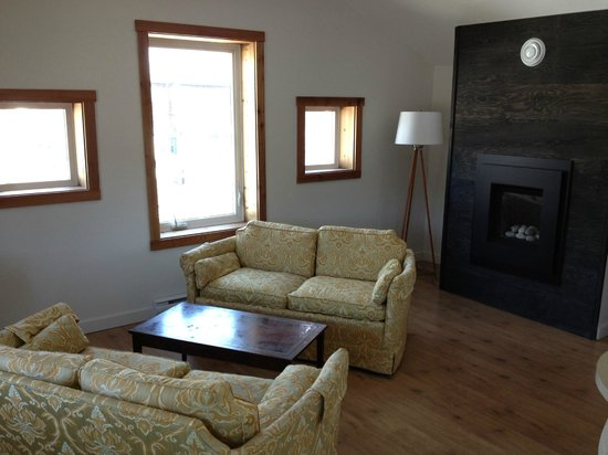Yukon Haven Suites : Fire place .... full kitchen!