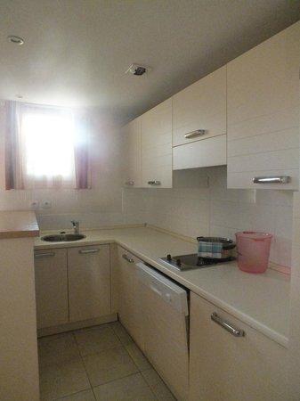 Excelsuites Hotel - Residence: Кухня