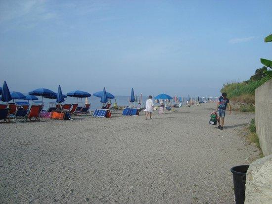 Hotel - Residence Lembo di Mare: spiaggia confinante sassosa