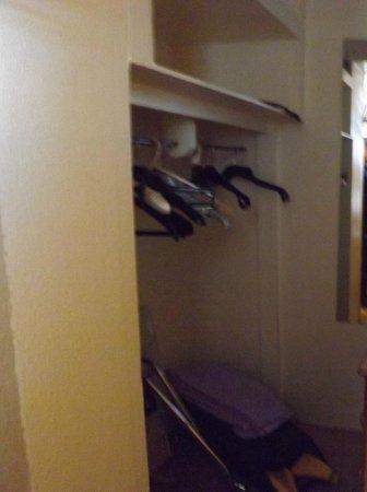 Dalgair House Hotel: inside wardrobe