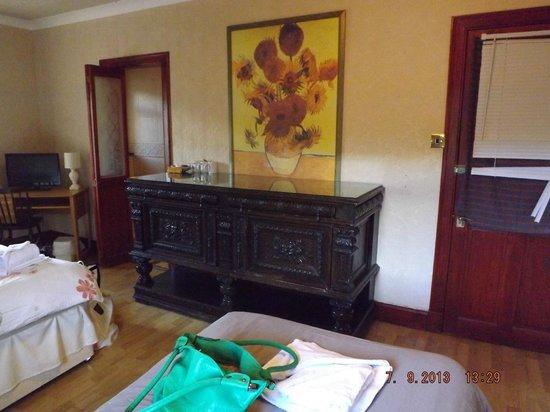 Dalgair House Hotel: Dressing table