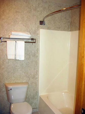 Cousin's Country Inn : Good shower