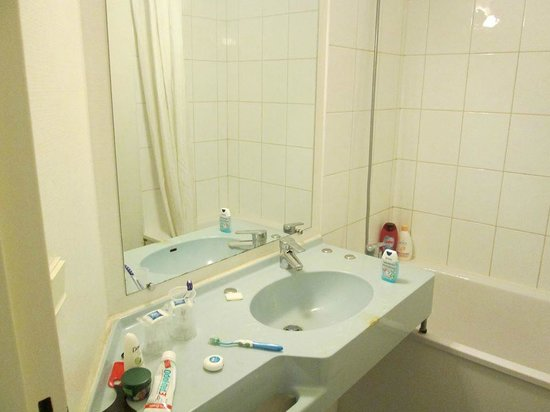 Ibis budget Paris Porte de Bercy: The bathroom