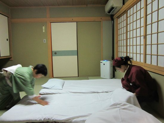 Gion Fukuzumi: Making up futon beds in room