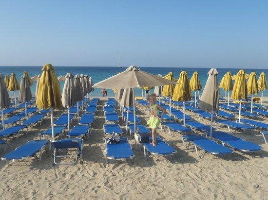 Hotel Kavuras Village: ombrelloni in spiaggia