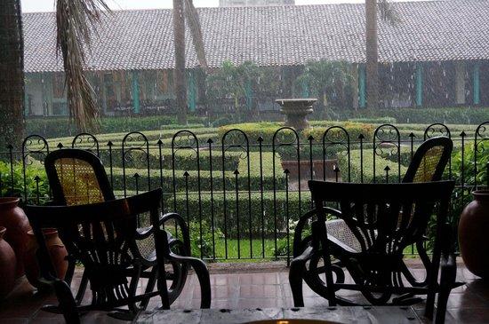 Hotel El Convento: Jardin en dia lluvioso