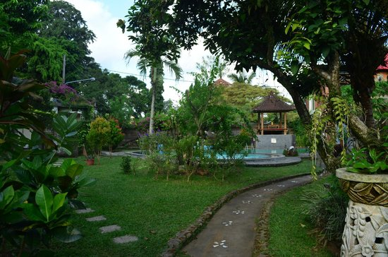 Oka Kartini Bungalows: Very clean and nice swimming pool