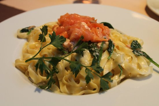 Le Bistro Romain: Salmon and pasta