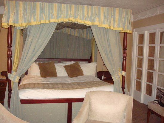 Crowne Plaza Leeds: Four poster bed, Larwood Suite