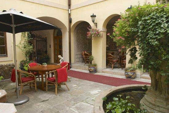 Alchymist Grand Hotel & Spa: Nice little entrance