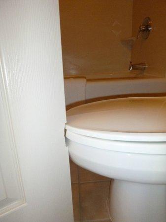 Staybridge Suites Atlanta Buckhead: Toilet/door issue